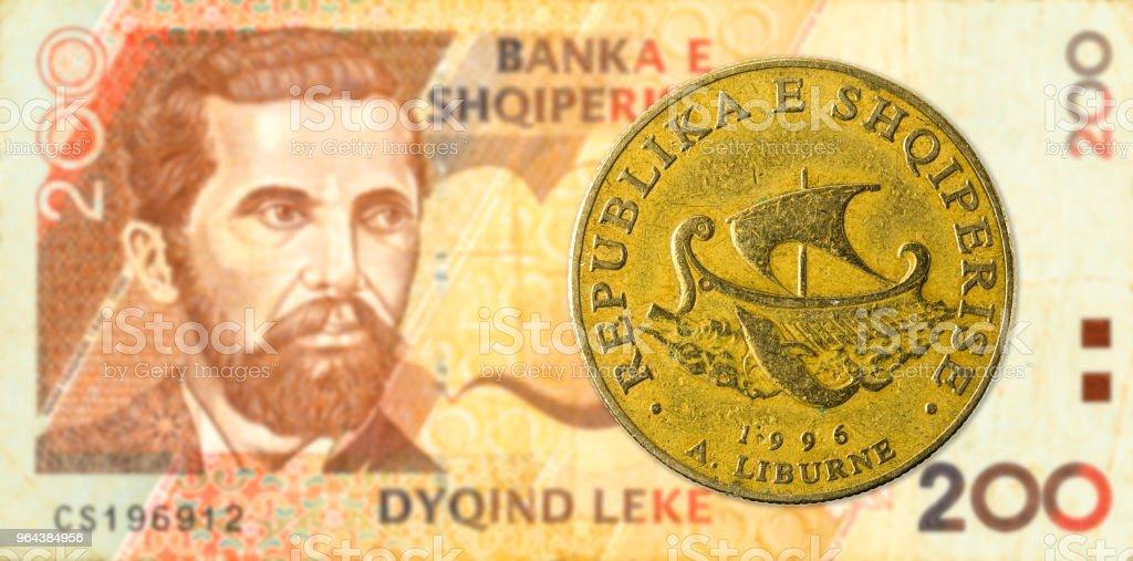 moeda de 20 lek albanês contra 200 albanês lek nota de banco - Foto de stock de Albânia royalty-free