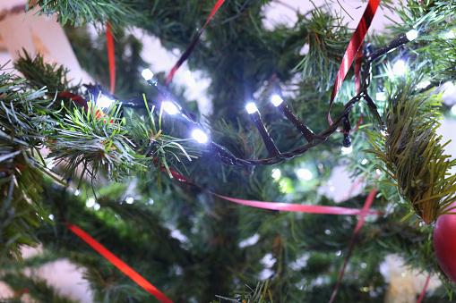 Alberi E Decorazioni Natalizie.Albero Di Natale Con Luci E Decorazioni Natalizie Stock Photo Download Image Now Istock