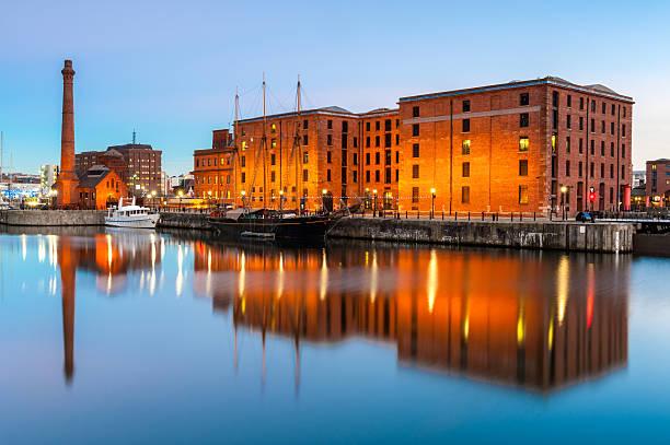 albert docks, liverpool, angleterre - liverpool angleterre photos et images de collection