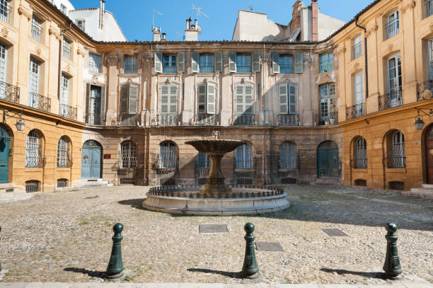 place d'albertas à aix-en-provence, france - aix en provence photos et images de collection