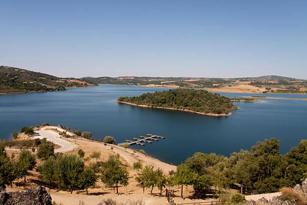 albufeira da barragem fazer azibo - fotos de barragem portugal imagens e fotografias de stock