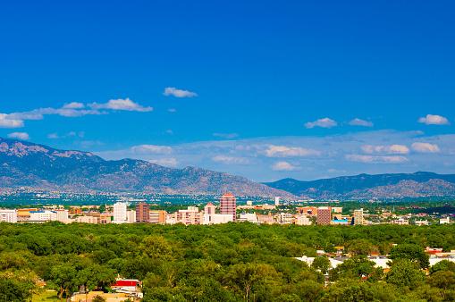 Albuquerque Skyline With Mountains Wide Angle Stockfoto und mehr Bilder von Albuquerque
