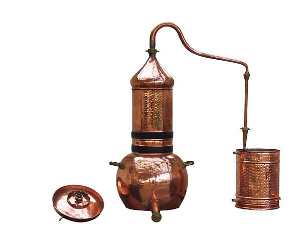 alkohol und parfüm-brennerei - destillationsturm stock-fotos und bilder