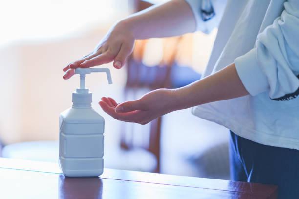 alcohol bottle spray for anti virus - wieniec zdjęcia i obrazy z banku zdjęć