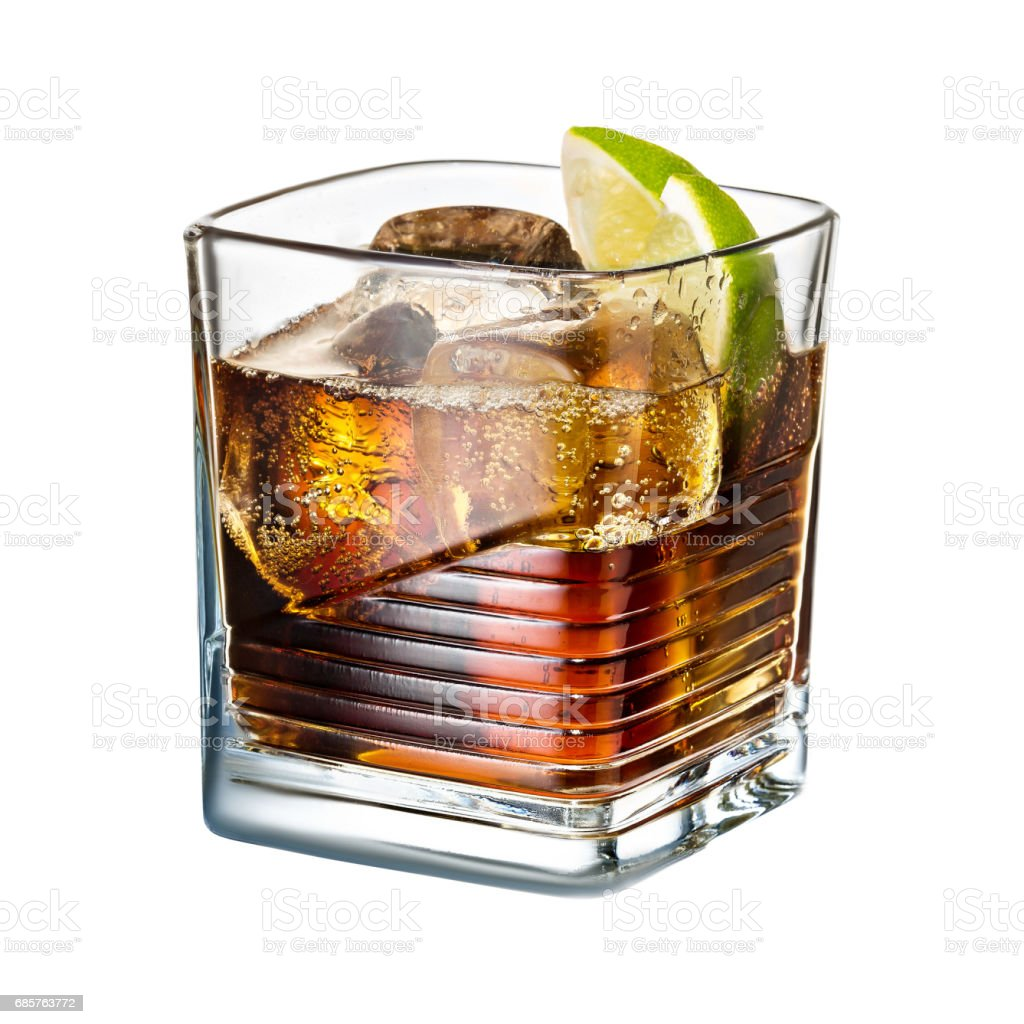 alcohol cocktail kalk whiskey cola met ijs op witte achtergrond royalty free stockfoto