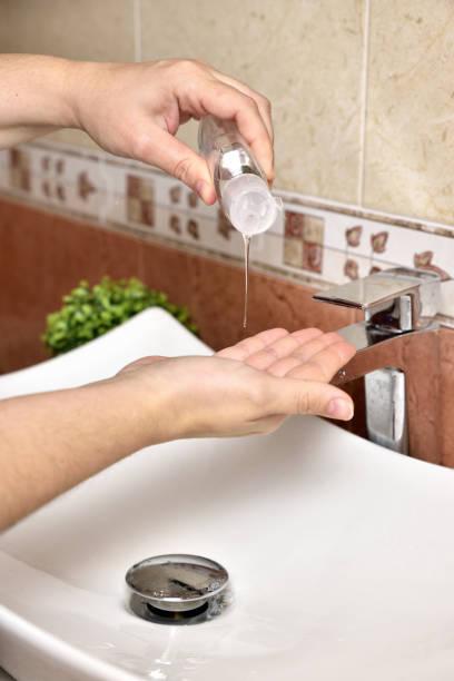 Gel de alcohol sanitazer líquido limpieza de manos para prevenir el virus corona covid-19 - foto de stock