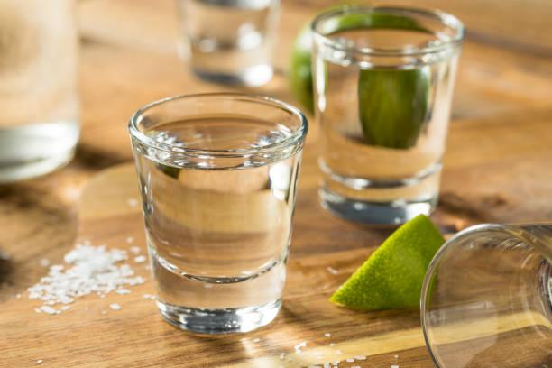 alcohol mezcal tequila shots - mezcal fotografías e imágenes de stock