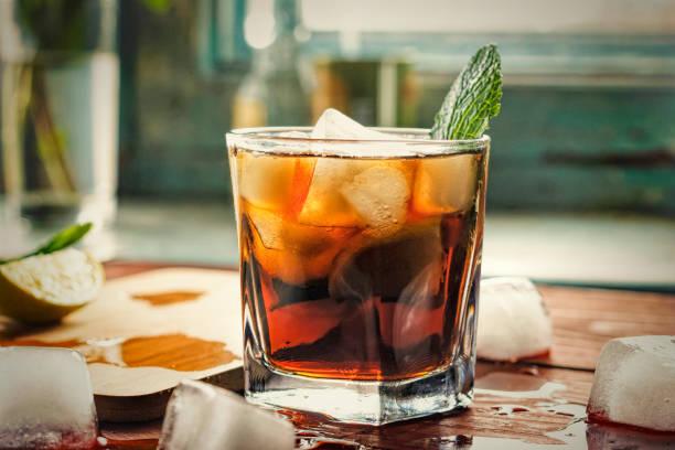 alkohol, rum, cuba libre, cocktail, longdrink, starkes getränk - cocktails mit wodka stock-fotos und bilder