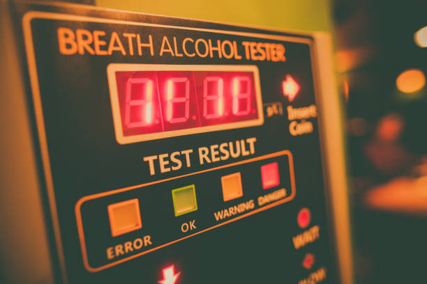 Testador de álcool em uma parede - foto de acervo