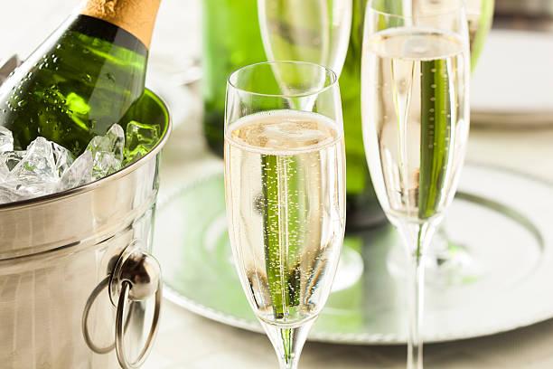 alkoholische sprudelnden champagner für silvester - sektglas stock-fotos und bilder