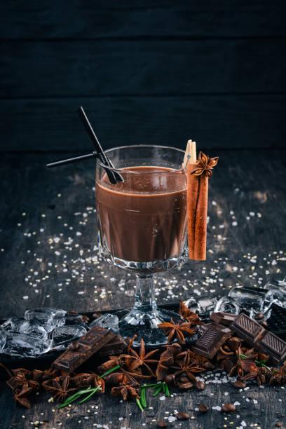 alkoholischen cocktail schokolade rum. auf schwarzem hintergrund angezeigt. - schokolikör stock-fotos und bilder