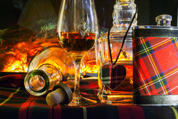 Alcoholic drink background with open fire . – Foto