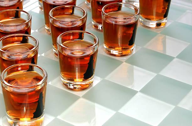 alkoholische getränke spiel - lustige trinkspiele stock-fotos und bilder
