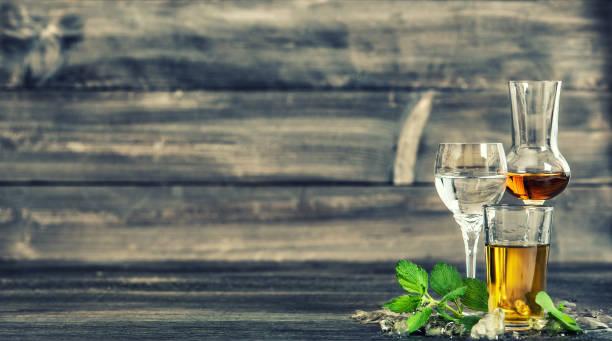 boissons alcoolisées glace vintage boissons alimentaires aux tons de feuilles de menthe - spiritueux photos et images de collection