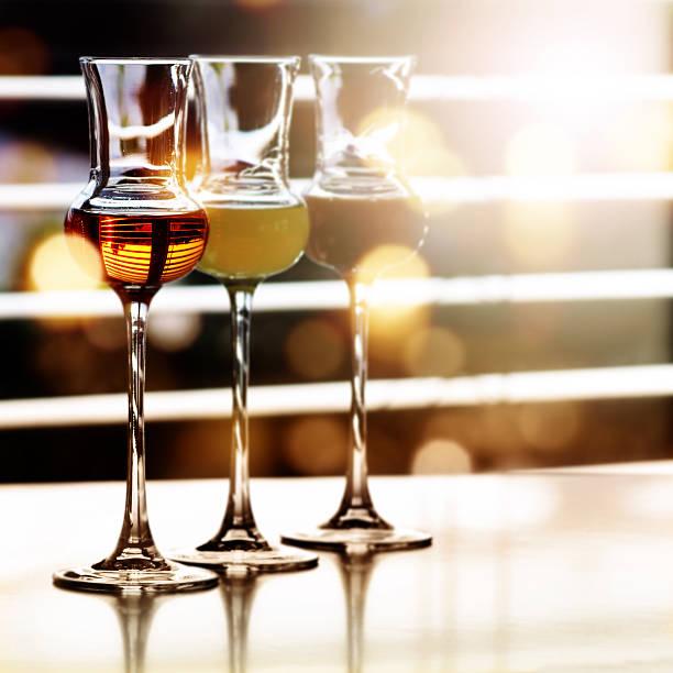 alcoholic drinks in front of a window - kuqa stock-fotos und bilder