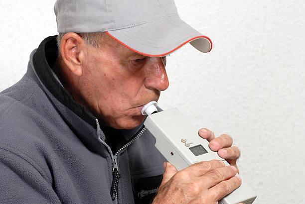 alcotest-homens realizar um teste de bebidas alcoólicas - bafometro - fotografias e filmes do acervo
