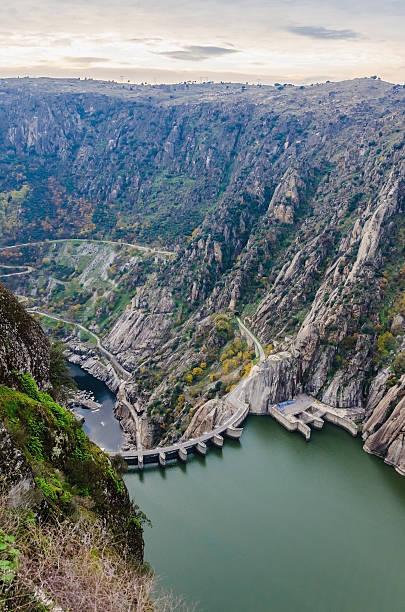 aldeadavila dam international douro natural park - fotos de barragem portugal imagens e fotografias de stock