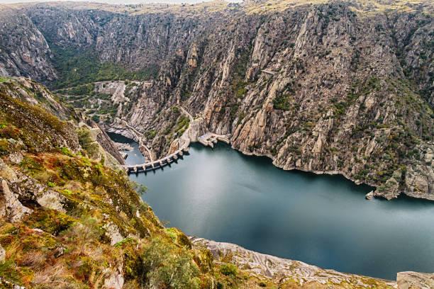 aldeadavila dam - fotos de barragem portugal imagens e fotografias de stock