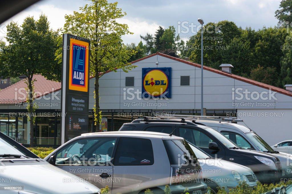 Aparcamiento supermercado Aldi y Lidl - foto de stock