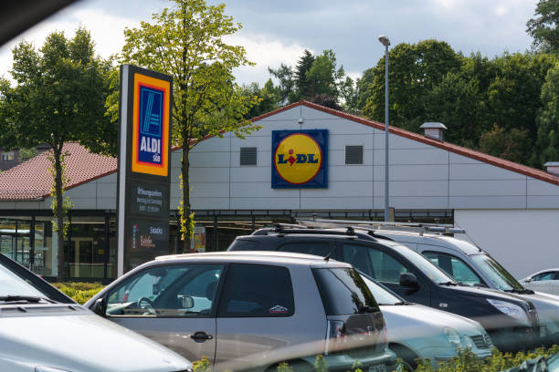 aldi und lidl supermarkt-parkplatz - aldi karriere stock-fotos und bilder