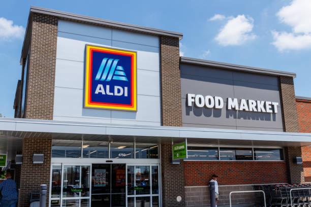 discounter aldi. aldi verkauft eine reihe von lebensmitteln, einschließlich der produkte, fleisch & molkerei zu händlerpreisen v - aldi karriere stock-fotos und bilder