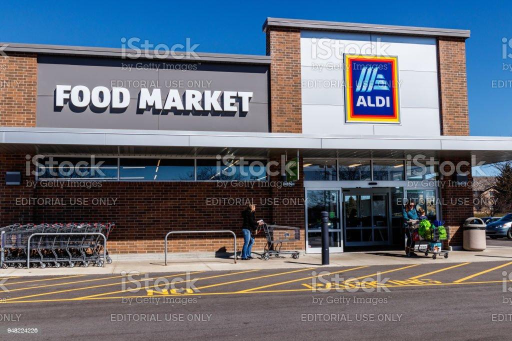 Supermercados de descuento Aldi. Aldi vende una gama de artículos comestibles, incluyendo productos, carne y productos lácteos, con descuento precios I - foto de stock
