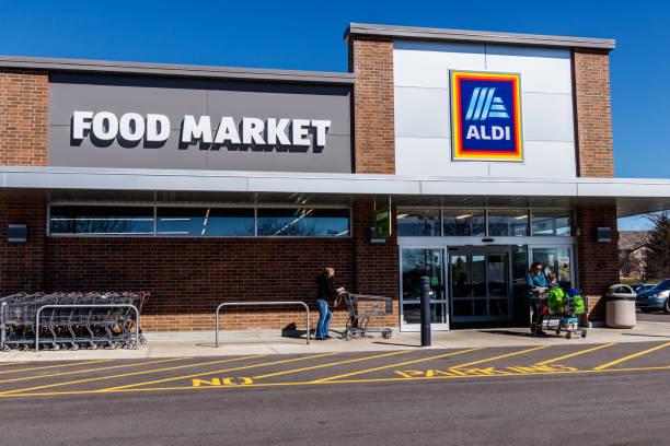 discounter aldi. aldi verkauft eine reihe von lebensmitteln, einschließlich der produkte, fleisch & molkerei mit rabatt ich preise - aldi karriere stock-fotos und bilder