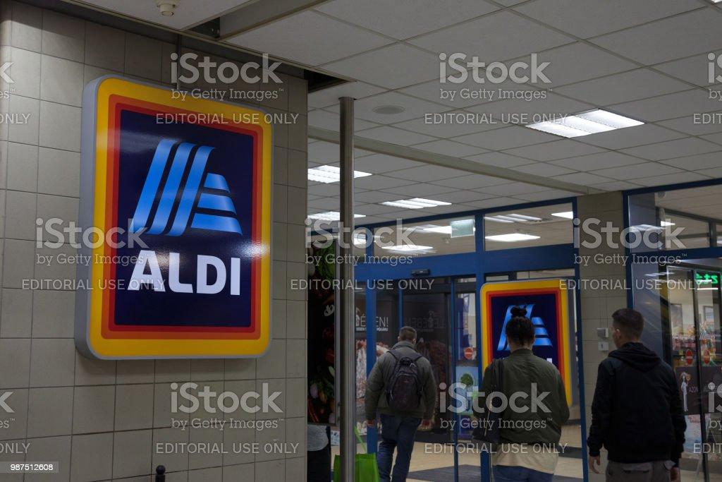 Insignia de Aldi en una de sus tiendas de Hungría. Aldi es una cadena de supermercados de descuento alemán desarrollada en todo el mundo - foto de stock