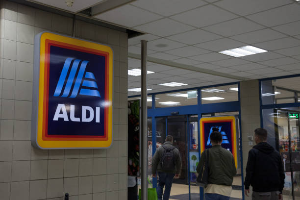 aldi-logo auf einem ihrer geschäfte für ungarn. aldi ist ein deutscher discount supermarkt-kette entwickelt weltweit - aldi karriere stock-fotos und bilder