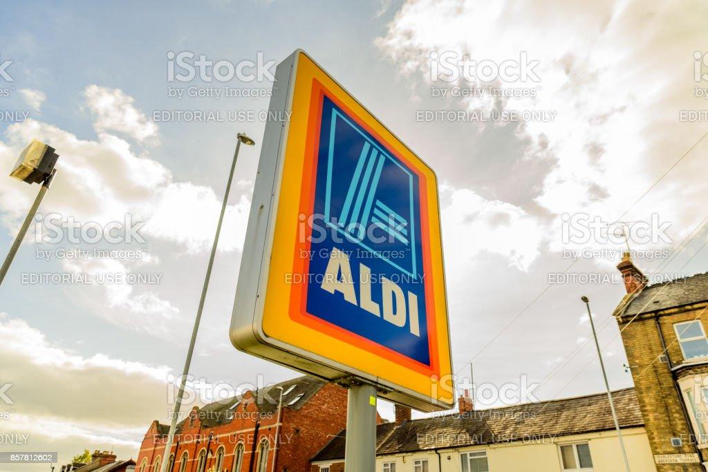 Signo de la insignia de Aldi en centro de la ciudad de Northampton - foto de stock