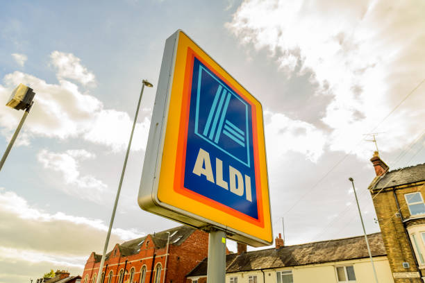aldi logo zeichen in northampton stadtzentrum - dokumentation stock-fotos und bilder