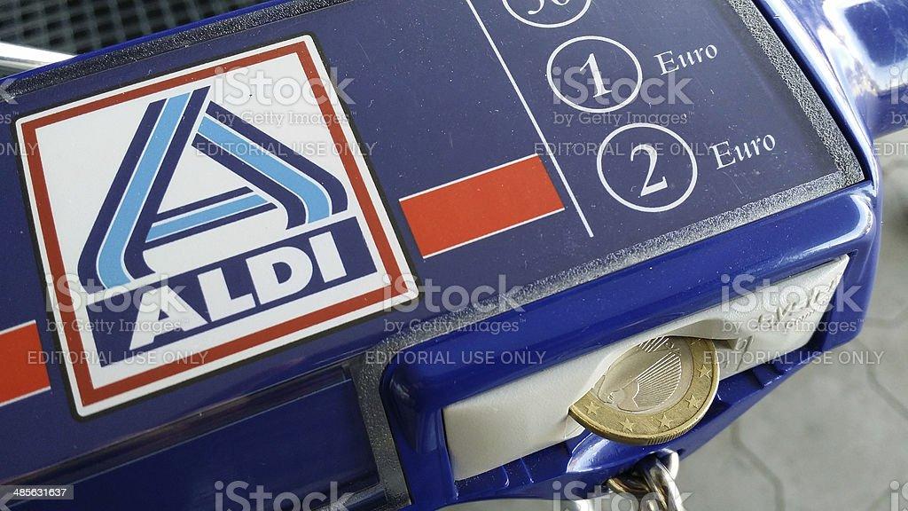 Aldi cesta de compras con lavadoras a moneda - foto de stock