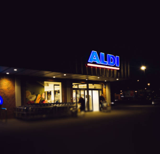 eingang des aldi-lagers - aldi karriere stock-fotos und bilder