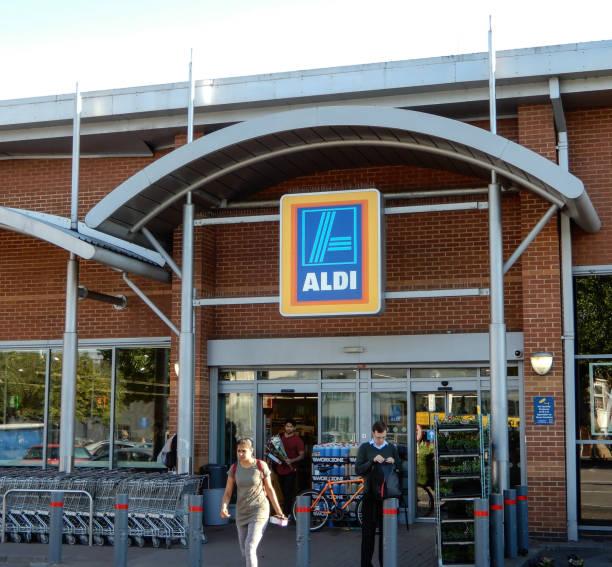 aldi-supermarkt-eingang an der station shopping park - aldi karriere stock-fotos und bilder