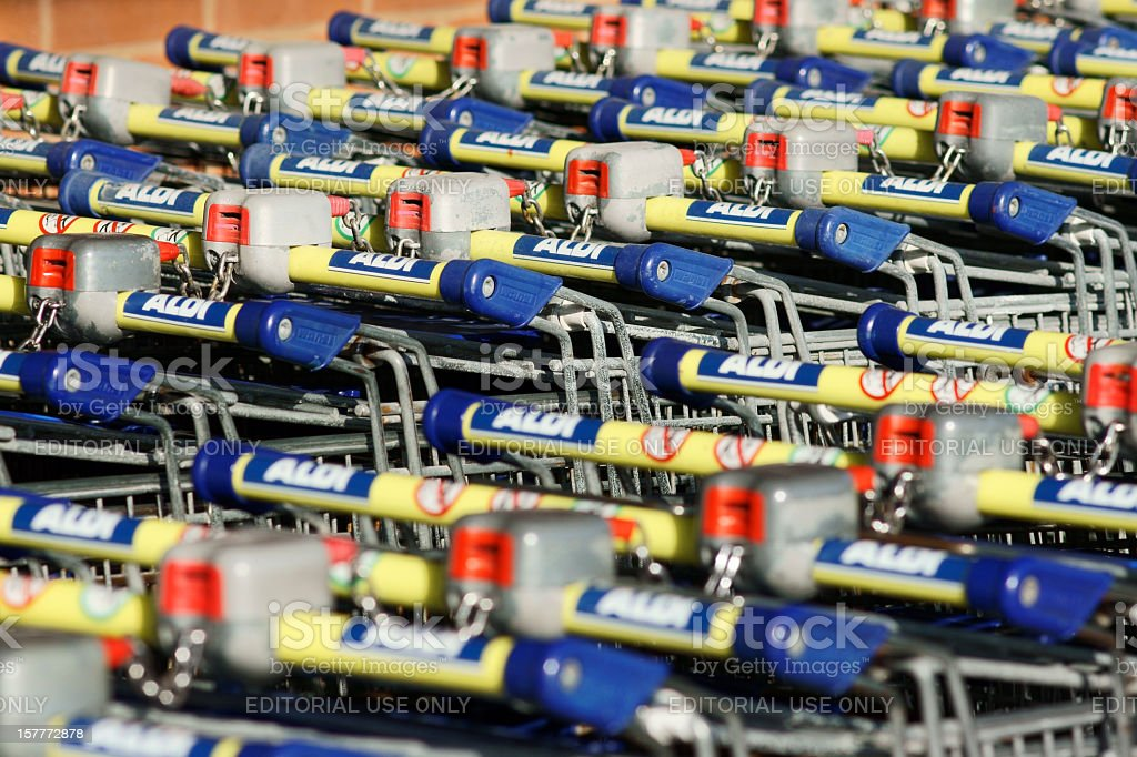 Supermercado compras Aldi Carros y logo - foto de stock
