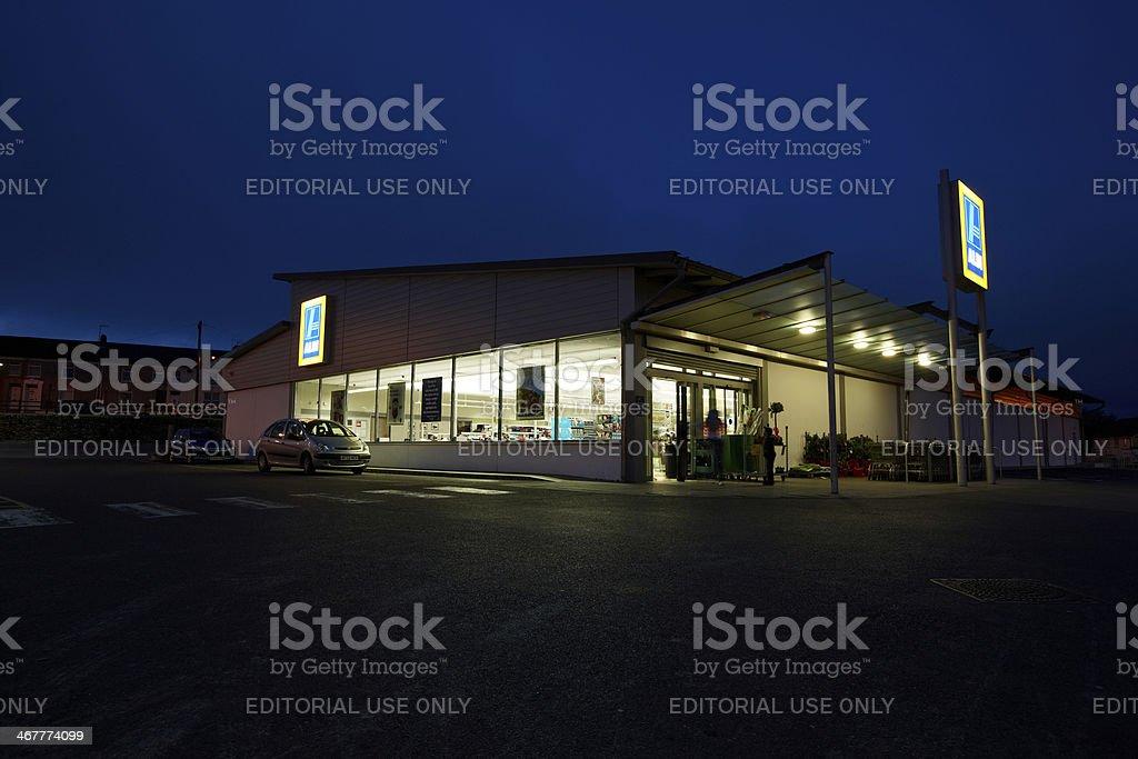Aldi supermercado almacenar a la noche - foto de stock