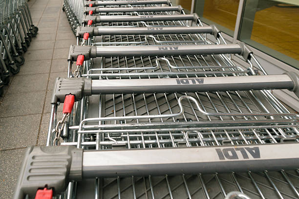 Aldi trolleys row - foto de stock