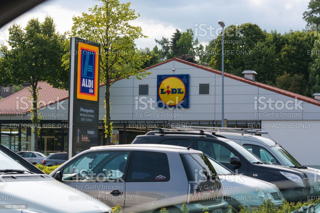 Aldi und Lidel Supermakt Parkplatz en Muelheim Aldi y Lidl supermercado estacionamiento - foto de stock