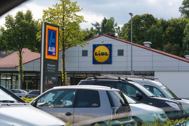 aldi und lidel supermakt parkplatz in muelheim                                 aldi and lidl supermarket parking lot - lidl foto e immagini stock