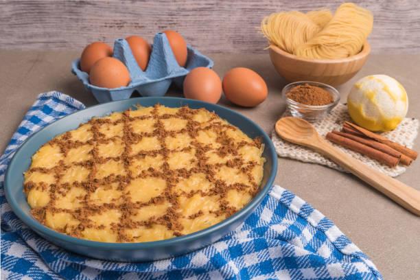 aletria ist eine klassische portugiesische vermicelli-pudding und dies ist ein traditionell serviert in der weihnachtszeit. dies ist einer der favoriten pudding aus portugal - portugiesische desserts stock-fotos und bilder