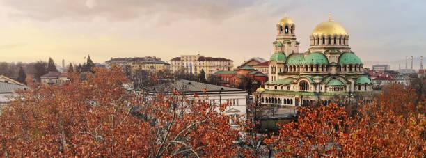 alexander nevski cathedral in sofia bulgaria met herfst bomen - bulgarije stockfoto's en -beelden