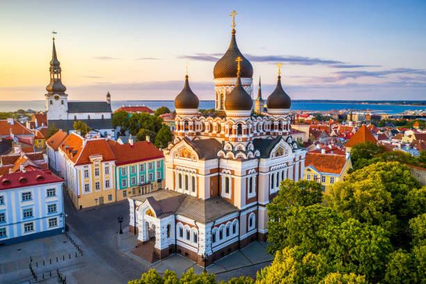 alexander-newski-kathedrale und marienkathedrale bei sonnenuntergang in tallinn, estland - russisch orthodoxe kirche stock-fotos und bilder