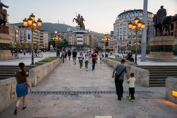 skopje, makedonya - nisan 2018: alexander eski taş köprüsü'nden görmek büyük heykel - üsküp stok fotoğraflar ve resimler