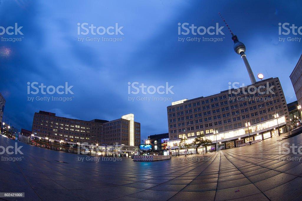Alexanderplatz in der Dämmerung in Berlin, Deutschland – Foto