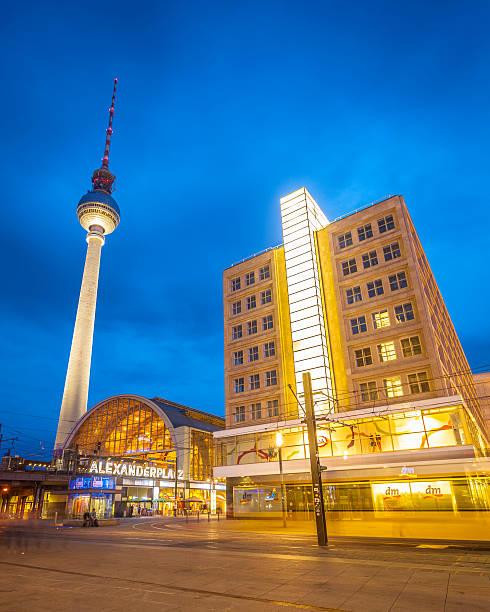 alexanderplatz und fernsehturm tower, berlin - weltzeituhr stock-fotos und bilder