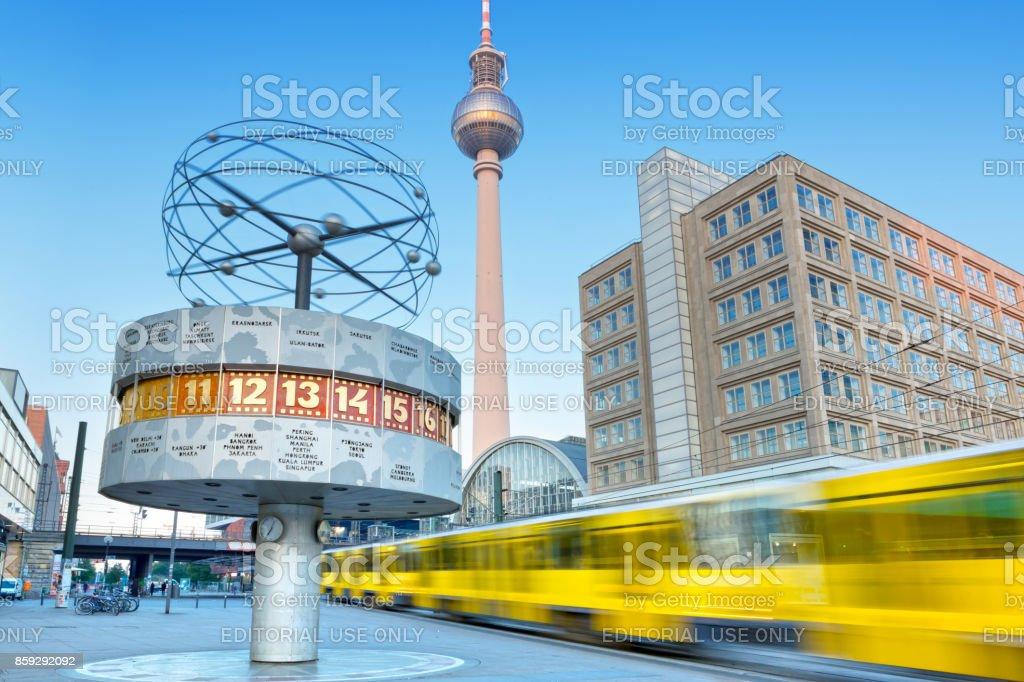 Alexanderplatz in Berlin-Deutschland am Morgen mit dem Zug vorbei – Foto