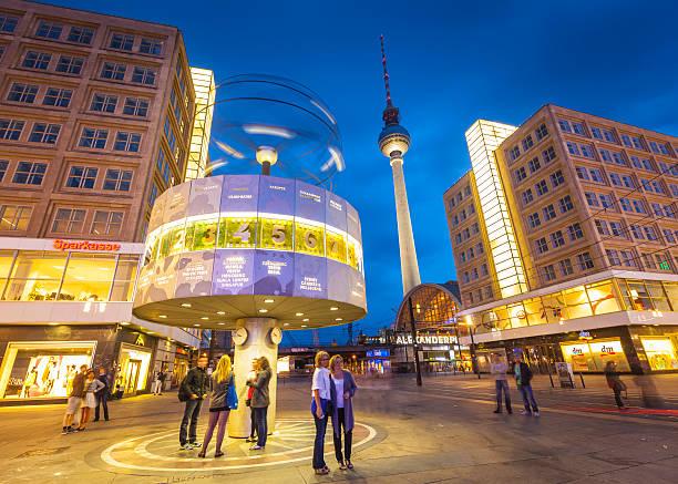 alexanderplatz und fernsehturm welt clock tower-berlin - weltzeituhr stock-fotos und bilder