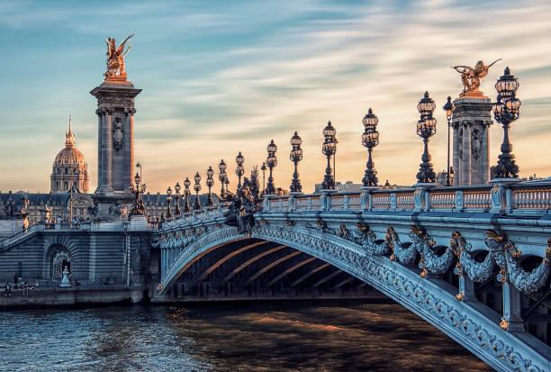 pont alexandre iii à paris - europe centrale photos et images de collection
