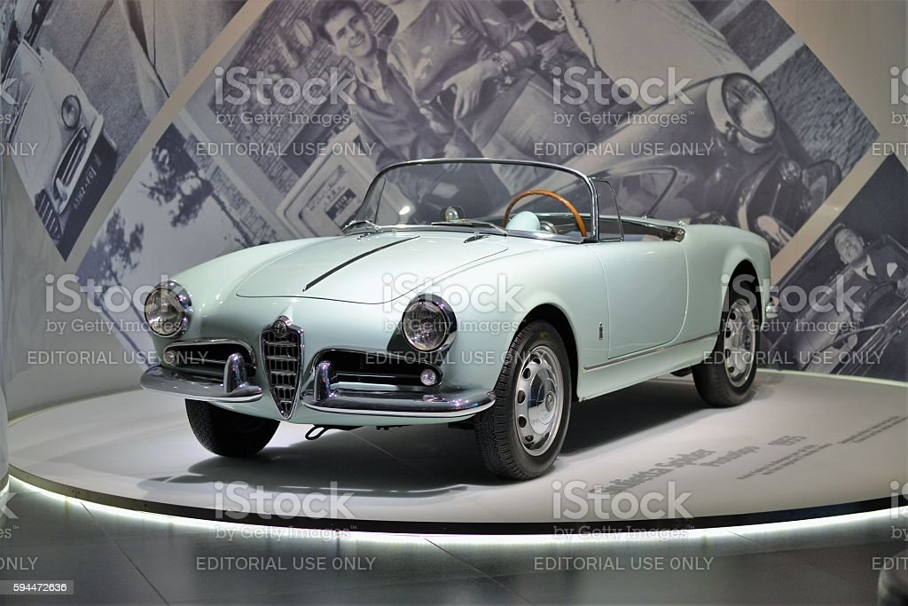 Alfa Romeo Giulietta Spider in the car showroom – Foto