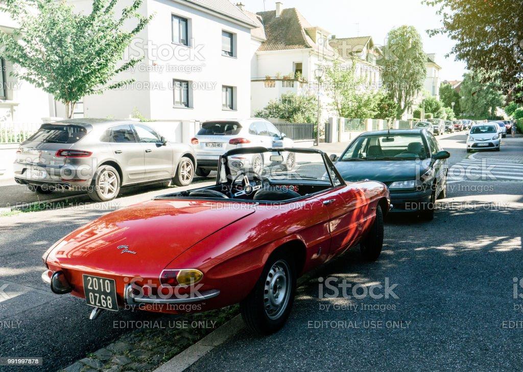 Alfa Romeo Spider auf französische Straße geparkt – Foto